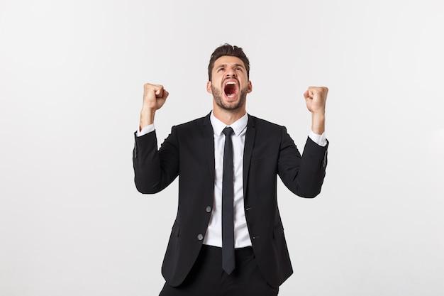 Portret zbliżenie podekscytowany energiczny szczęśliwy, krzyczy, człowiek biznesu wygrywając, ramiona, pięści pompowane świętować sukces na białym tle