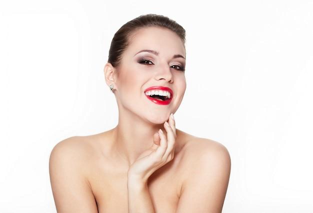 Portret zbliżenie seksowny uśmiechnięty kaukaski młoda kobieta model z czerwonymi ustami glamour, jasny makijaż, makijaż strzałka w oko, cera czystości. idealnie czysta skóra. białe zęby