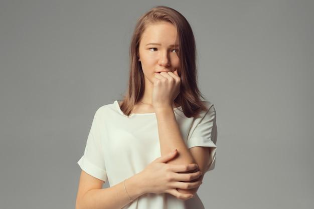 Portret zbliżenie, smutna młoda kobieta