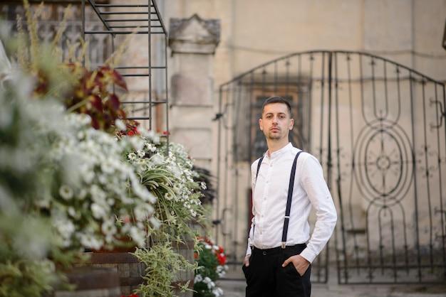 Portret zbliżenie stylowy mężczyzna na tle starego miasta.