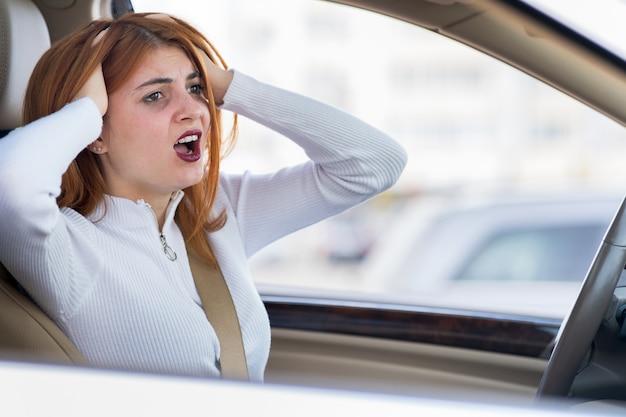 Portret zbliżenie wkurzony niezadowolony zły agresywna kobieta jazdy samochodem krzyczy na kogoś. koncepcja negatywnej ludzkiej ekspresji.