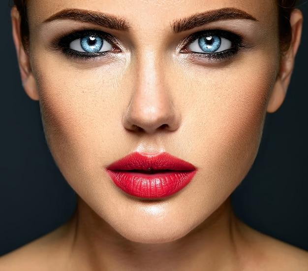 Portret zbliżenie zmysłowy glamour piękna kobieta model dama z świeży makijaż dzienny