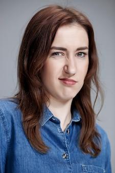 Portret zdegustowanej kobiety