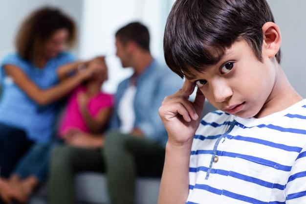 Portret zdenerwowany chłopak