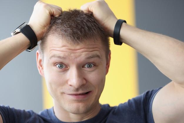Portret zdenerwowany mężczyzna, trzymając się za włosy rękami. koncepcja problemów i stresu w pracy
