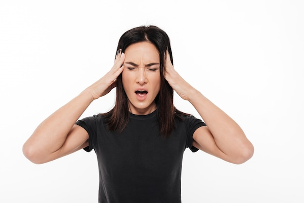 Portret zdesperowanej kobiety cierpiącej na silną migrenę