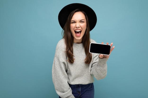 Portret zdjęcie strzał piękne śmieszne młoda kobieta na sobie czarny kapelusz i szary sweter