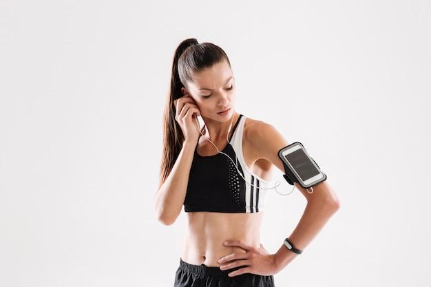 Portret zdrowa młoda sprawności fizycznej kobieta w odzieży sportowej
