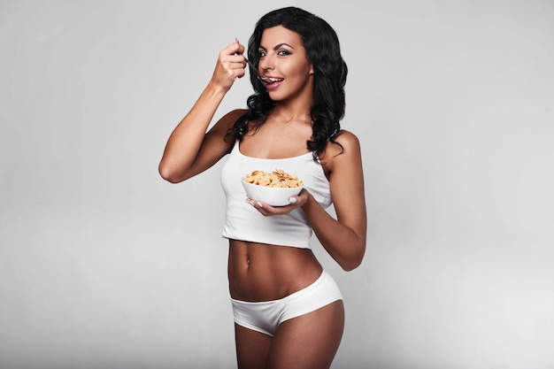Portret zdrowa sprawności fizycznej kobieta je szybkiego śniadanie