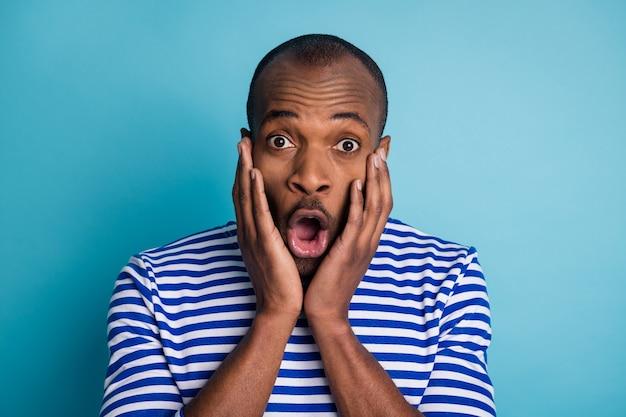 Portret zdumionego afro-amerykańskiego faceta pod wrażeniem krzyku nosi kamizelkę morską