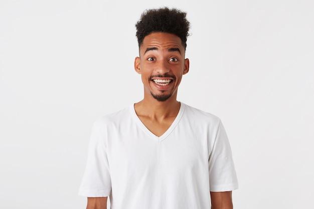 Portret zdumiony podekscytowany african american młody człowiek