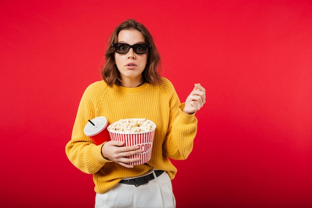 Portret zdziwiona kobieta w okularach przeciwsłonecznych