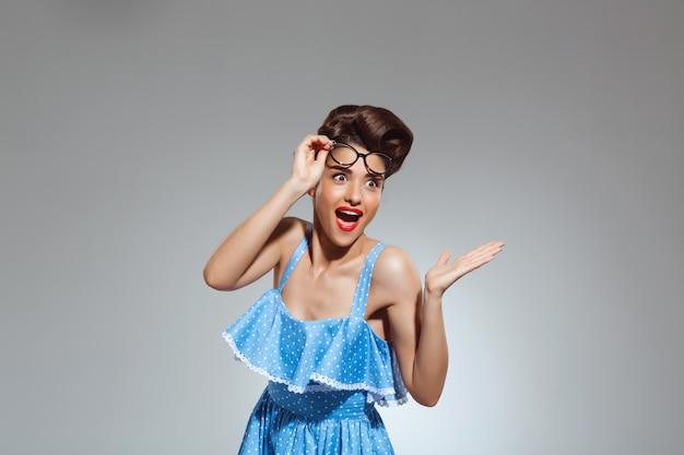 Portret zdziwiona szpilki kobieta jest ubranym szkła