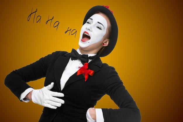 Portret zdziwionej i radosnej kobiety jako mima z otwartymi ustami na białym tle. pojęcie pełnej satysfakcji i radości