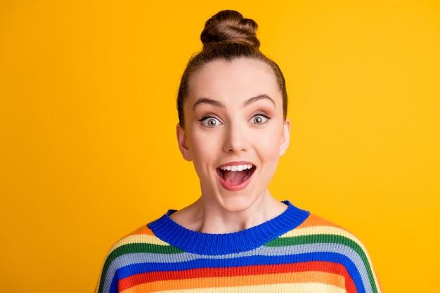 Portret zdziwionej pozytywnej wesołej dziewczyny wygląda dobrze, cudowna okazja, pod wrażeniem krzyku, nosi sweter izolowany na tle koloru połysku