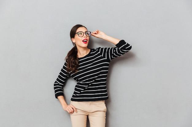Portret zdziwiony bizneswoman w eyeglasses