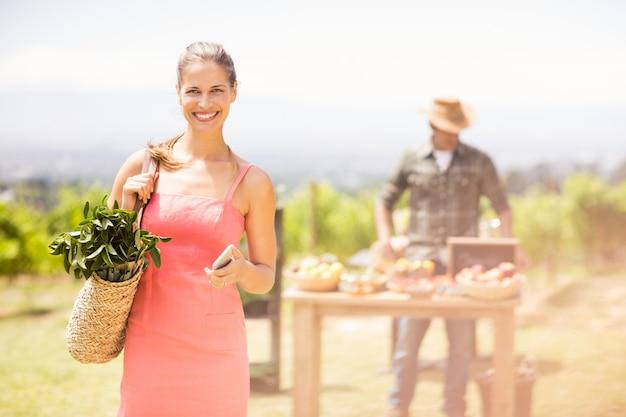 Portret żeńska klient pozycja przed warzywo kramem