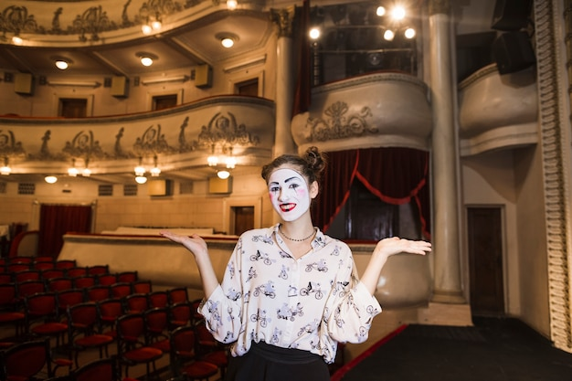 Portret żeńska mim pozycja na sceny wzruszać ramionami