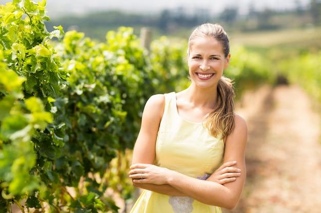 Portret żeńska winiarska pozycja z rękami krzyżować