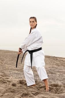 Portret żeński ćwiczy karate