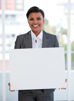 Portret żeński kierownik trzyma białą deskę