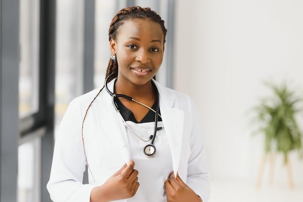 Portret żeński lekarz amerykański stojący w jej gabinecie w klinice