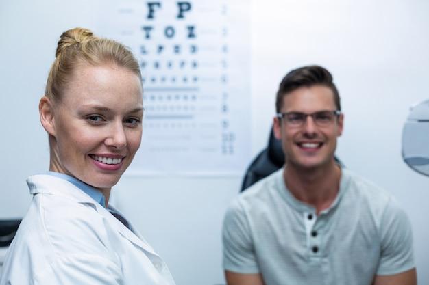 Portret żeński okulista w klinice okulistycznej