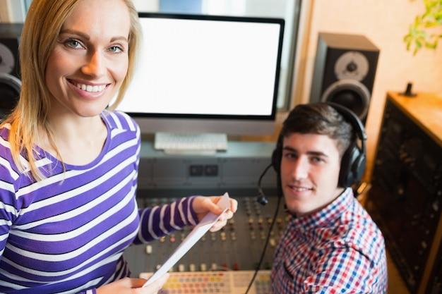 Portret żeński pracownik z męskim radiowym gospodarzem