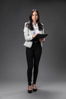 Portret żeński prawnik w formalnym garniturze ze schowka
