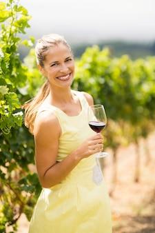 Portret żeński winiarza mienia wina szkło