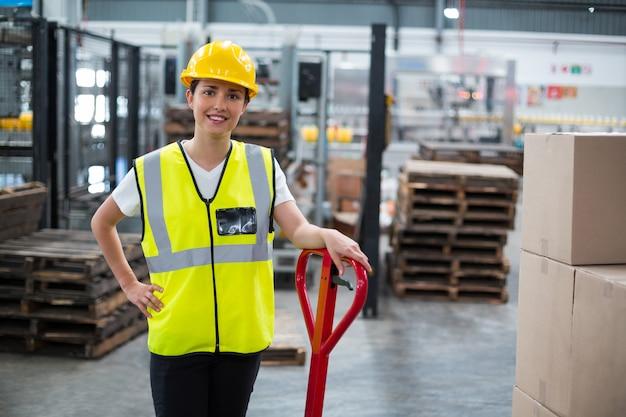 Portret żeńskiego pracownika pozycja z ręką na biodrze