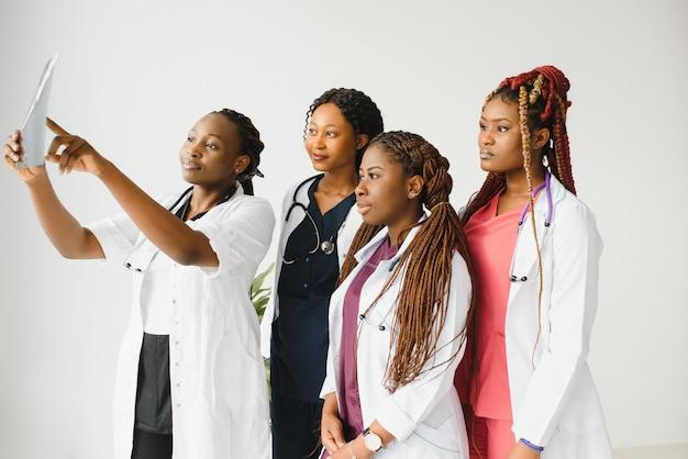 Portret zespołu medycznego stojącego poza szpitalem