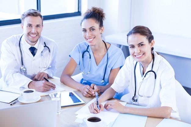 Portret zespołu medycznego uśmiecha się w sali konferencyjnej