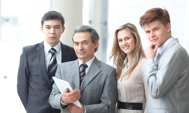 Portret zespołu nowoczesnego biznesu na tle biura.