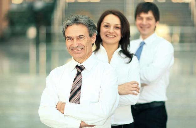 Portret zespołu pewność biznesu w biurze