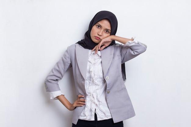 Portret zestresowanej, zmęczonej, chorej, azjatyckiej muzułmańskiej kobiety z bólem głowy na białym tle