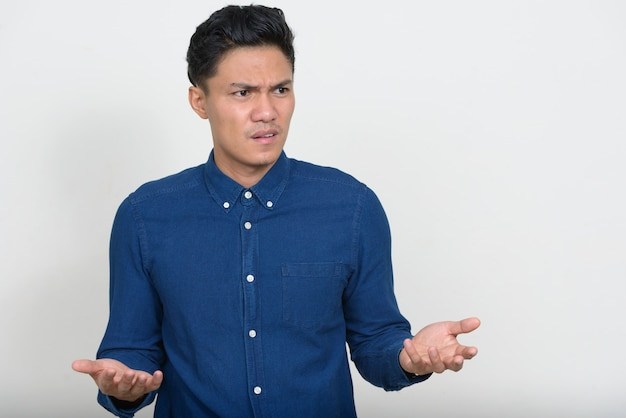 Portret zestresowany azjatycki biznesmen szuka zły