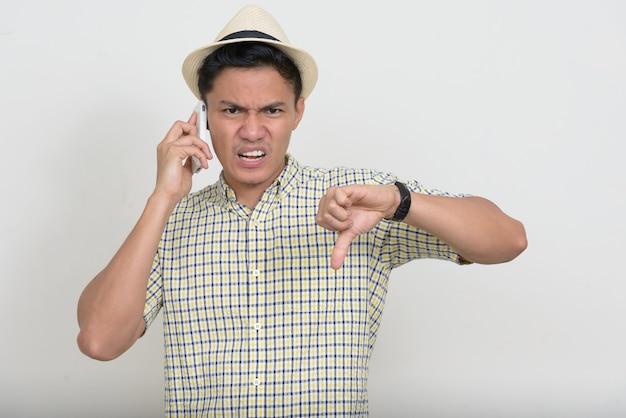 Portret zestresowany mężczyzna azjatyckich turystycznych rozmawia przez telefon