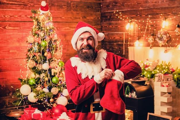 Portret zima santa. tematyczne święta bożego narodzenia i zimowy nowy rok. święto bożego narodzenia ludzi