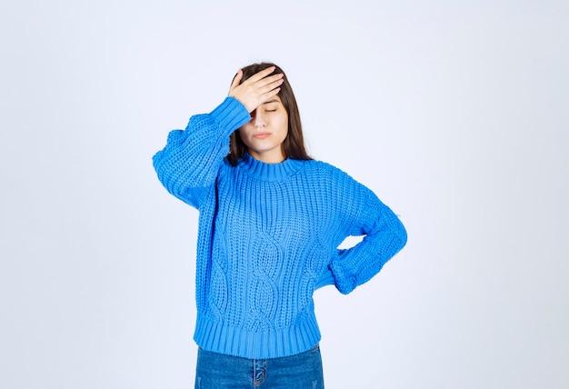 Portret zirytowany młoda dziewczyna co facepalm ukryć twarz zamknij oczy pochylić głowę w dół.