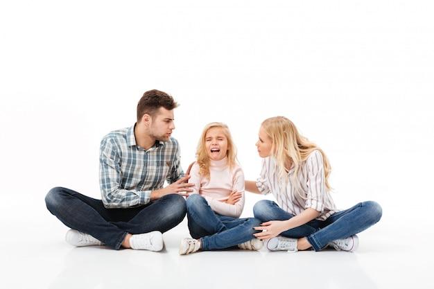 Portret zła rodzina siedzi razem