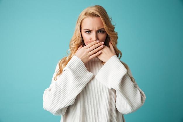 Portret złej młodej kobiety blondynka w swetrze