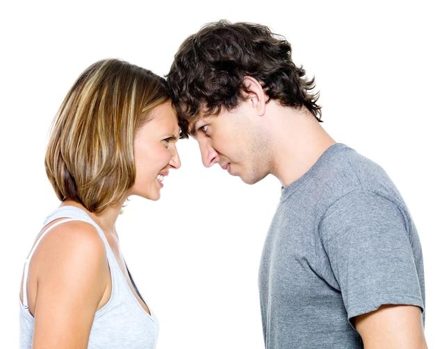 Portret zły młoda para na białym tle nad białym tle