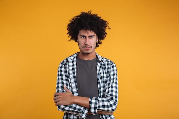 Portret zły zdenerwowany mężczyzna afryki