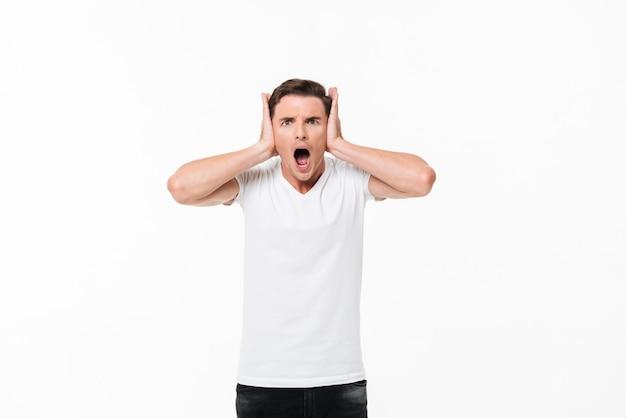 Portret zły, zirytowany mężczyzna krzyczy