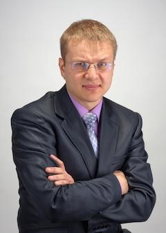 Portret zmartwionego biznesmena ze skrzyżowanymi rękami