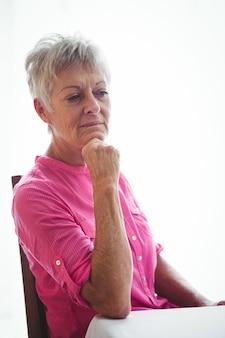 Portret zmartwionej starszej kobiety