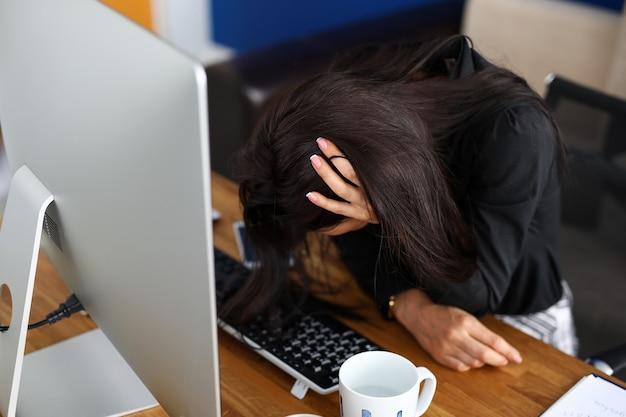 Portret zmęczony pracą w biurze bizneswoman. kobieta w miejscu pracy w firmie. wnętrze biura. koncepcja biznesowy i pracowity dzień