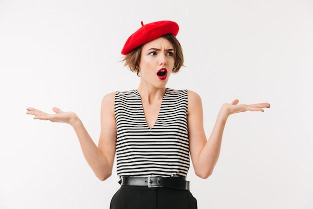 Portret zmieszana kobieta jest ubranym czerwonego beret