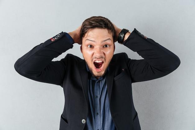 Portret zmieszany biznesmena krzyczeć